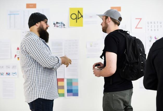 Gente de negocios de inicio discutiendo
