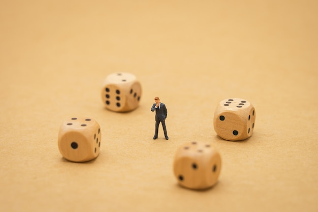 Gente de negocios en miniatura que está en pánico mira inversión en bolsa