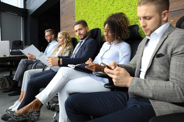 Gente de negocios moderna esperando una entrevista de trabajo.
