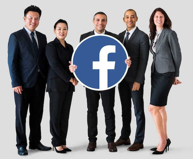 Gente de negocios mostrando un icono de facebook