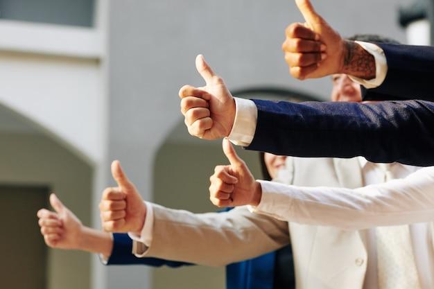 Gente de negocios mostrando pulgar hacia arriba