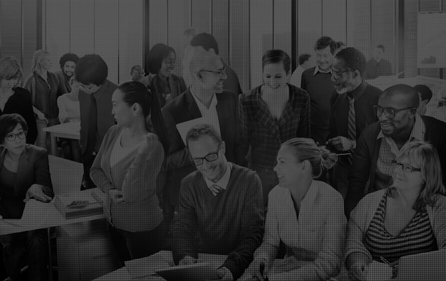 Gente de negocios multiétnica trabajando en la oficina