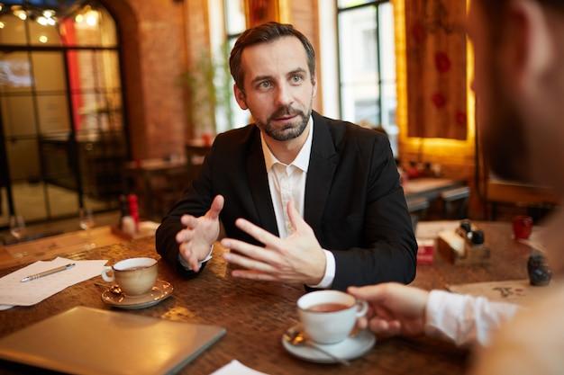 Gente de negocios negociando trato en restaurante