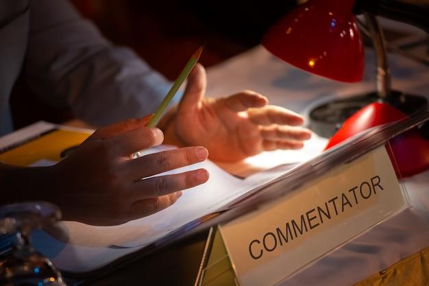Gente de negocios o comentarista en sala de seminarios