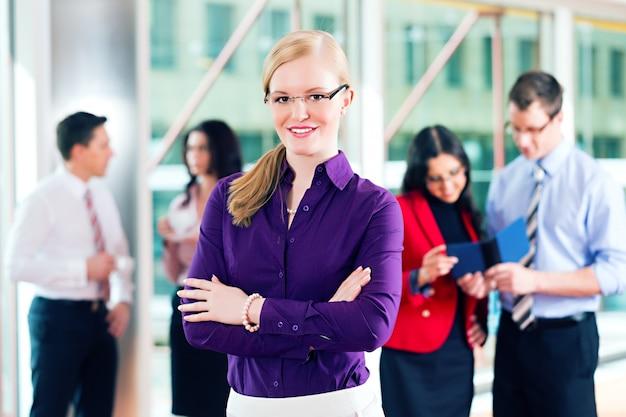 Gente de negocios o equipo en la oficina