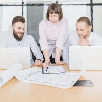 Gente de negocios en oficina