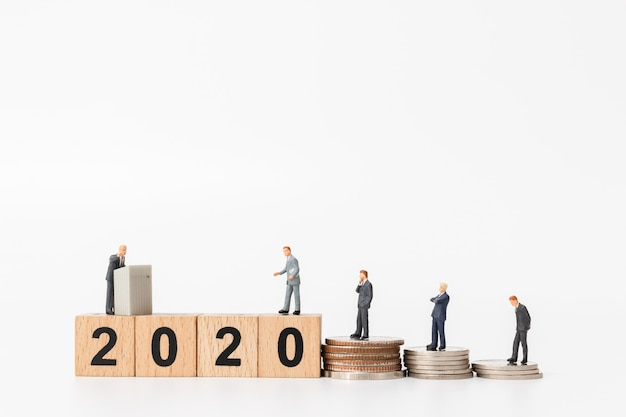 Gente de negocios de pie en el bloque de madera número 2020