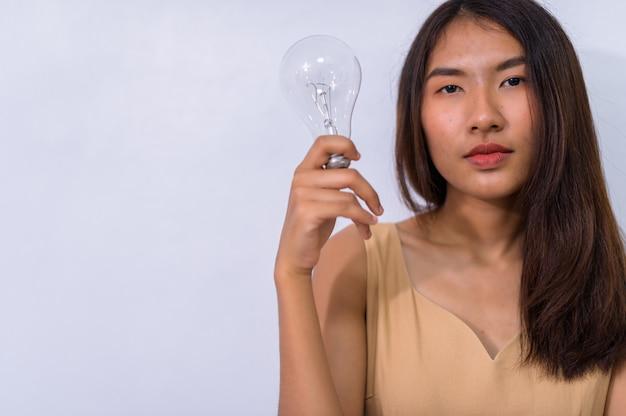 La gente de negocios piensa ideas de bulbo