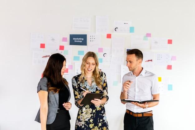 Gente de negocios planeando una estrategia de marketing