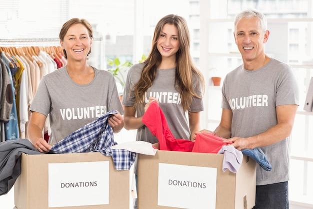 Gente de negocios preocupada con cajas de donación