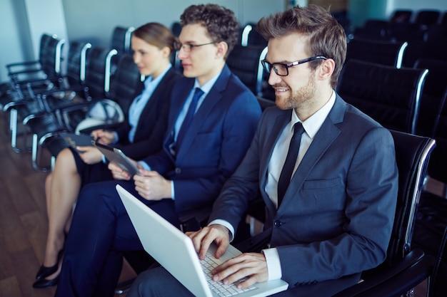 Gente de negocios preparada para la conferencia