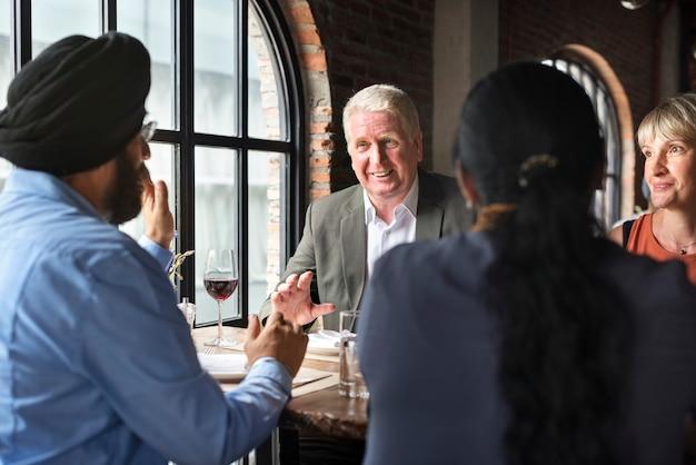 Gente de negocios que cenan juntos concepto