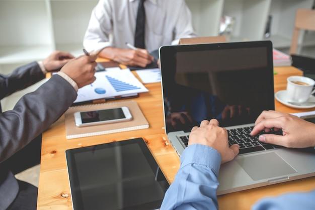 Gente de negocios que se encuentra trabajando con informes financieros