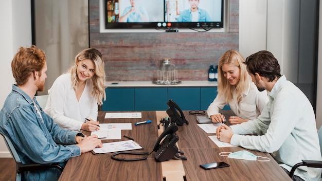 Gente de negocios que tiene una reunión en el interior