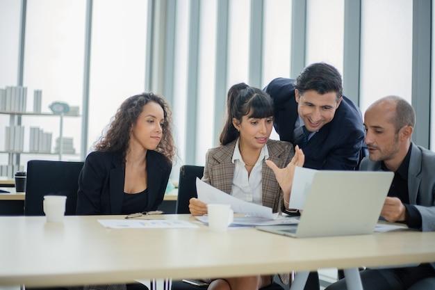 Gente de negocios que trabaja en la sala de conferencias