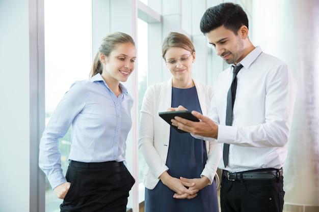 La gente de negocios que usa la tableta 1