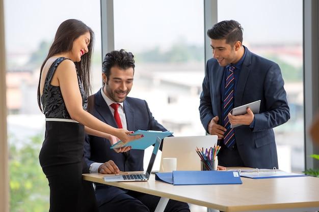 Gente de negocios reunidos en la oficina