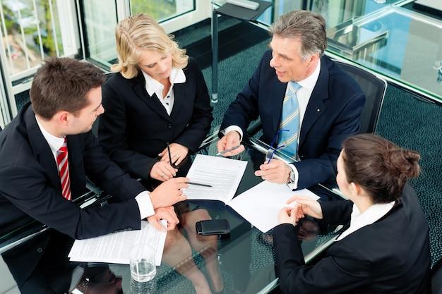 Gente de negocios - reunidos en una oficina