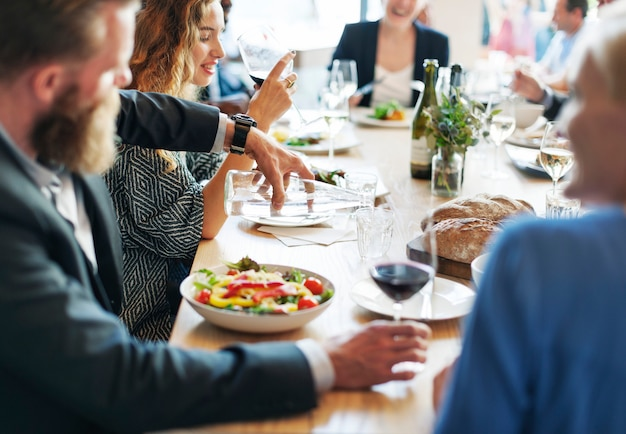 Gente de negocios reunión comer discusión cocina fiesta
