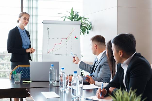 Gente de negocios reunión corporativa sala de juntas