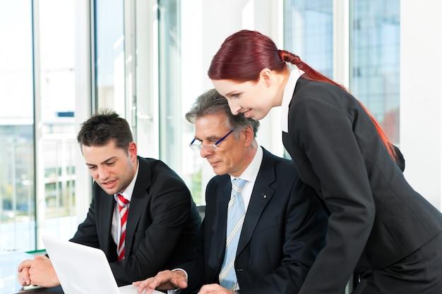 Gente de negocios - reunión de equipo en una oficina