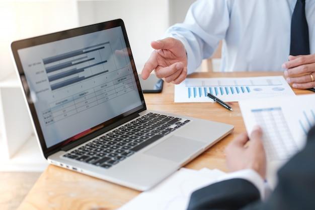 Gente de negocios reunión ideas de diseño inversor profesional trabajando nuevo proyecto de inicio.