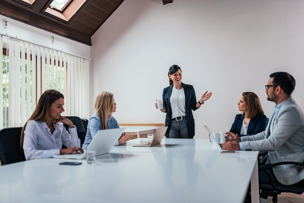Gente de negocios con una reunión de la junta.