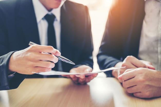 Gente de negocios reunión negociando un contrato entre
