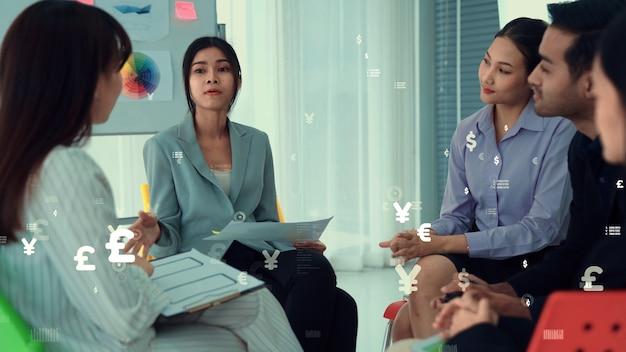 Gente de negocios en reunión de personal corporativo con gráfico imaginario