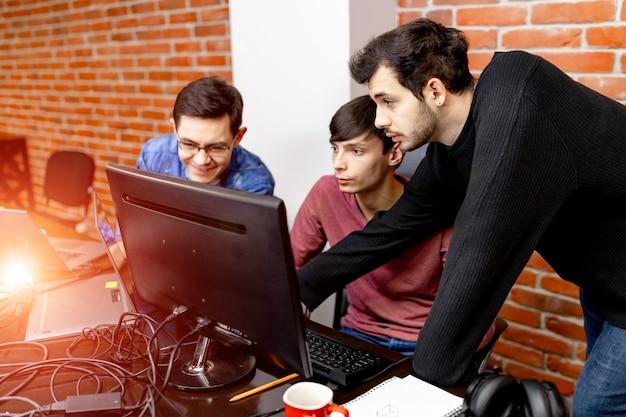 Gente de negocios. reunión. planes de discusión. hombres jóvenes en el trabajo. concepto de oficina de trabajo. oficina moderna