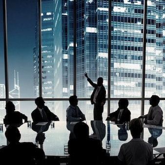 Gente de negocios en una reunión de sala de juntas