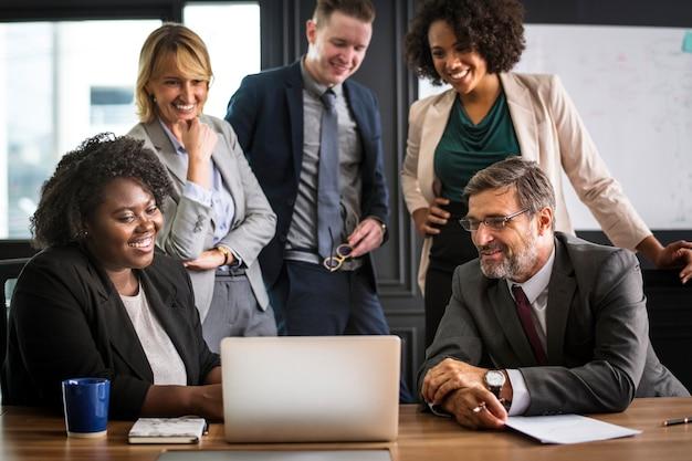Gente de negocios en una reunión de video llamada