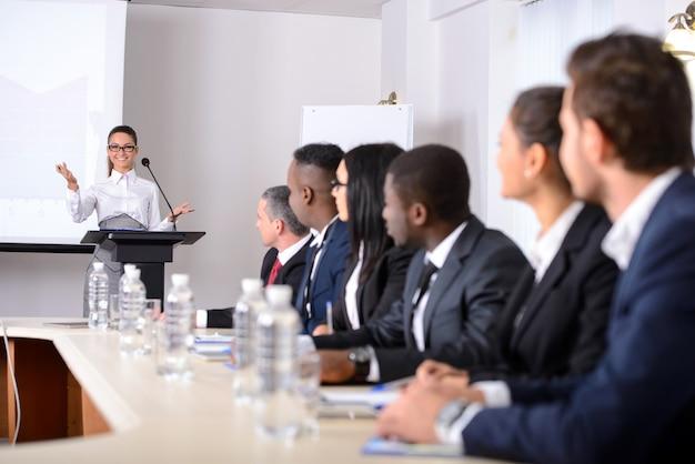 Gente de negocios en ropa formal discutiendo algo.