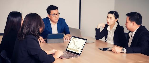 Gente de negocios en la sala de seminarios.