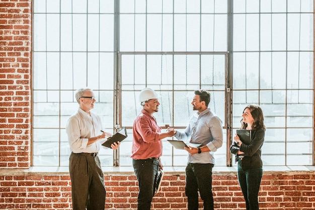 Gente de negocios saludando por un apretón de manos