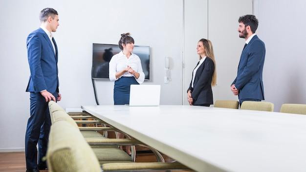 Gente de negocios seguros de pie en la reunión del consejo