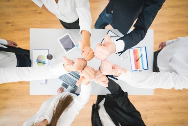 La gente de negocios sentada cerca del escritorio. vista desde arriba