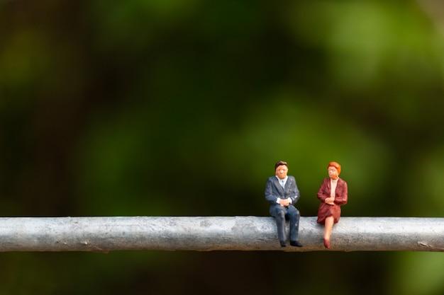 Gente de negocios sentado en un cable