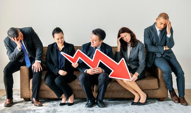 Gente de negocios sentados juntos con el icono de estadísticas