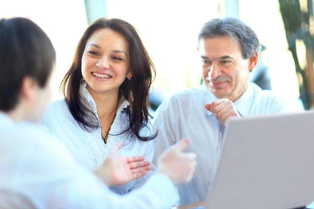Gente de negocios sonriente con papeleo en la sala de juntas