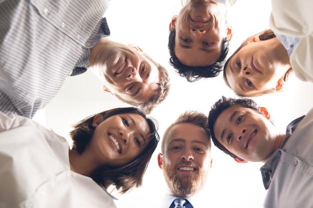 Gente de negocios sonriente con sus cabezas juntas