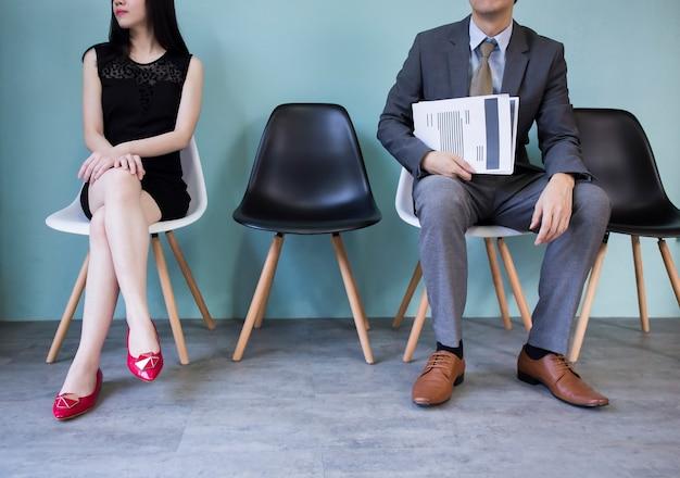 Gente de negocios sosteniendo un papel esperando ser entrevistado