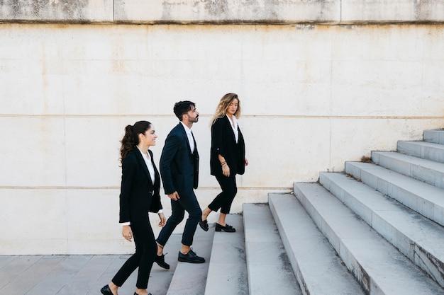 Gente de negocios subiendo escaleras