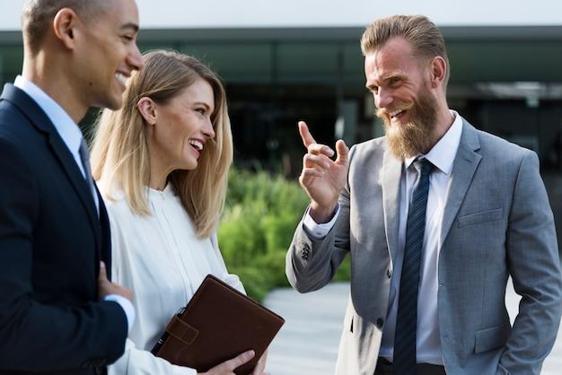 Gente de negocios teniendo una charla de negocios positiva