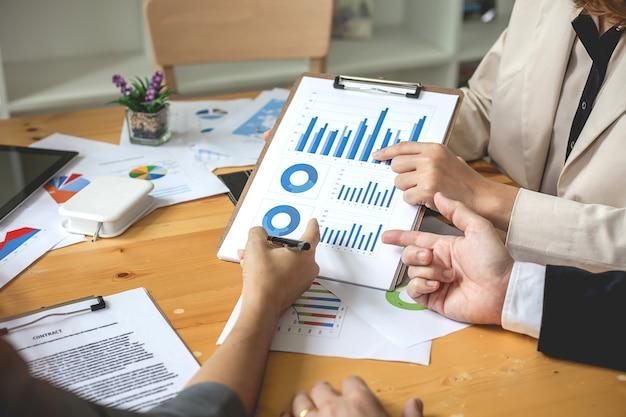 Gente de negocios tiempo de reunión trabajando con nuevo proyecto de inicio. presentación de la idea, analizar