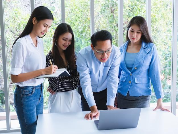 La gente de negocios trabaja cómodamente y se reúne para discutir la situación en los negocios, negocios