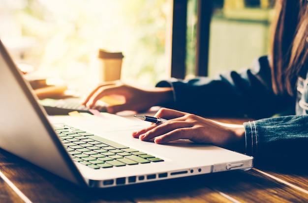 La gente de negocios está trabajando con computadoras portátiles.