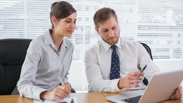 Gente de negocios trabajando junto con la computadora portátil