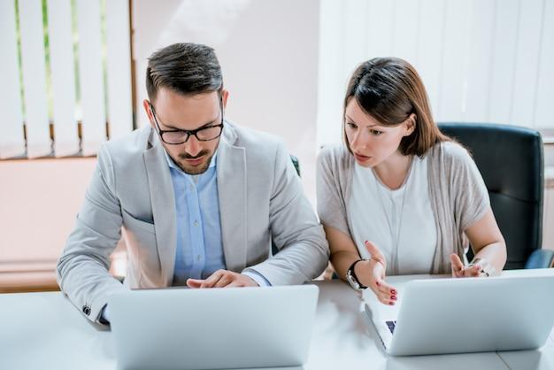Gente de negocios trabajando juntos y discutiendo sobre problemas con un nuevo proyecto de inicio.