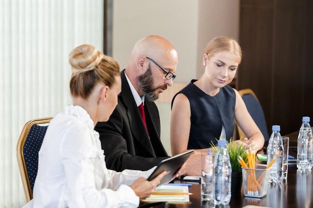 Gente de negocios trabajando juntos en la mesa de conferencias